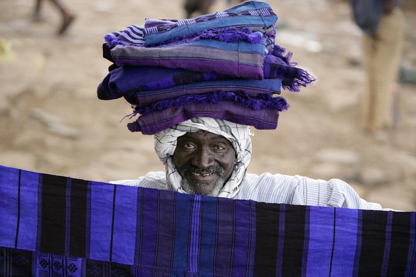 """vendedor azul-Mali 12º4′N 7º59′W – Cantera 40º00'02""""N 3º48'47""""E"""